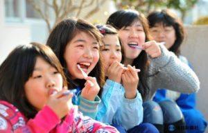 一緒の歯磨きをする小学生